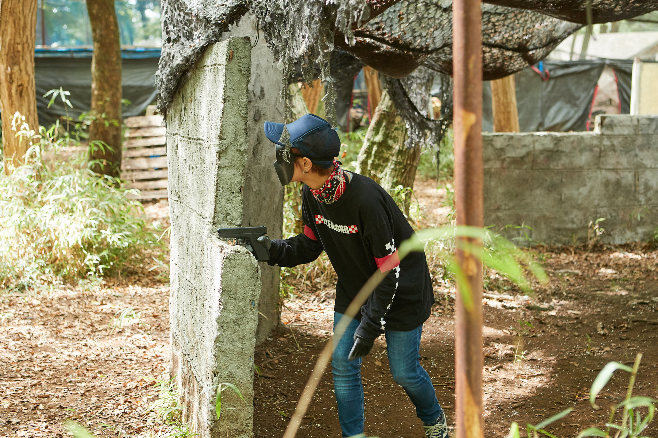 ハンドガンで参加する女性